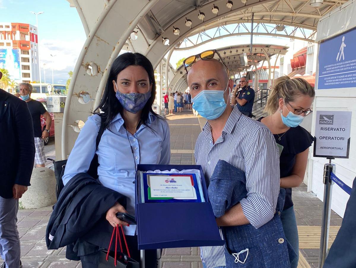 Consegnata targa di Città del Vento alla ministra Lucia Azzolina in visita a Catanzaro